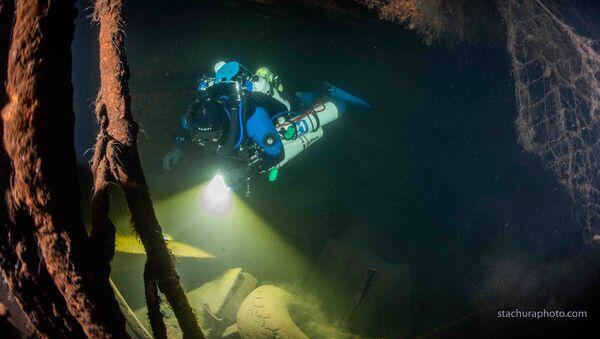 Polský potápěč mezi troskami německé lodi z dob druhé světové války během pátrací operace v Baltském moři - Sputnik Česká republika