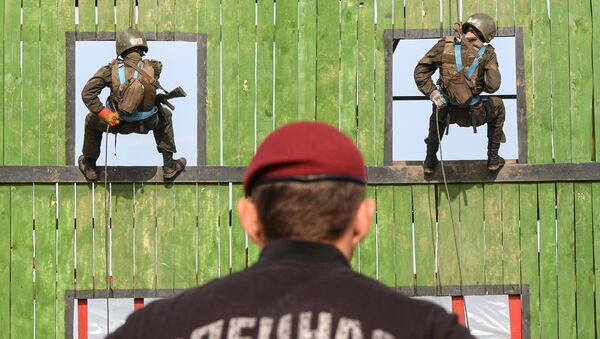 Sestup z výškové budovy během kvalifikační zkoušky na právo nošení karmínového baretu vojáky jednotek ruské Národní gardy v Tatarstánu - Sputnik Česká republika