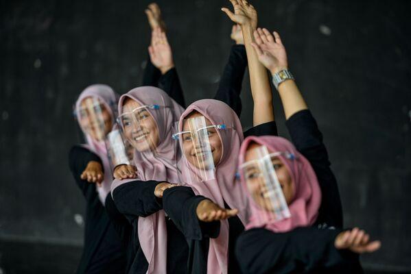 Dívky v ochranných maskách na obličeji při tréninku v uměleckém a kulturním centru v Bunda Acehu, Indonésie - Sputnik Česká republika