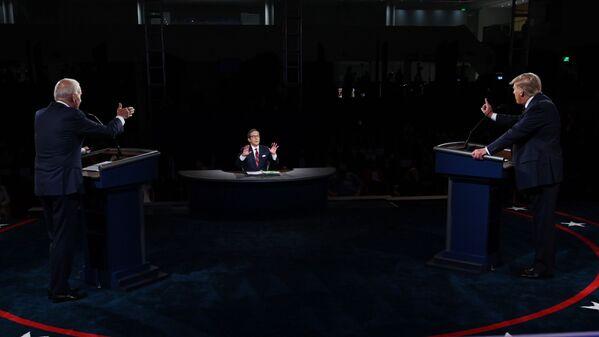Úřadující americký prezident Donald Trump a americký prezidentský kandidát Joe Biden během první debaty v Clevelandu, USA - Sputnik Česká republika