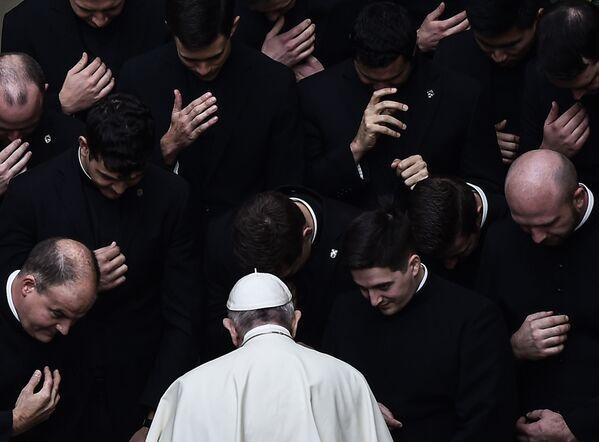 Papež František při modlitbě s kněžími na dvoře San Damasu ve Vatikánu - Sputnik Česká republika
