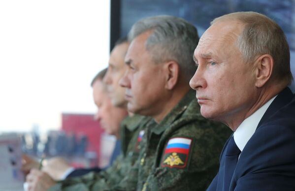 Ruský prezident Vladimir Putin a ministr obrany Sergej Šojgu sledují průběh velitelsko-štábního cvičení Kavkaz-2020 v Astrachaňské oblasti - Sputnik Česká republika