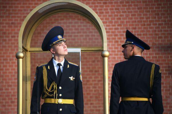 Vojáci čestné stráže u Mohyly Neznámého vojína v Moskvě - Sputnik Česká republika