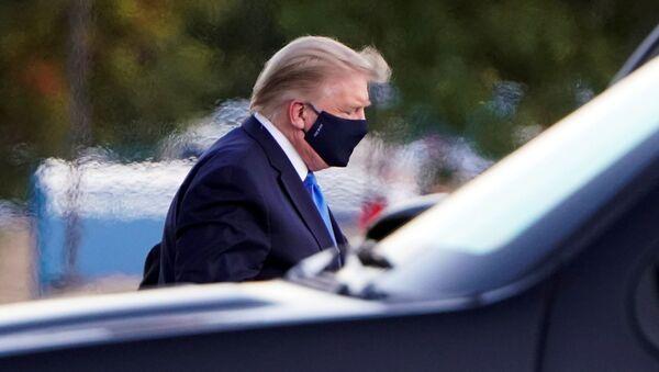 Americký prezident Donald Trump při příjezdu do Národního vojenského zdravotnického centra Waltera Reeda - Sputnik Česká republika