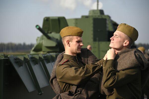 Voják pomáhá zapnout knoflík svému kolegovi - Sputnik Česká republika