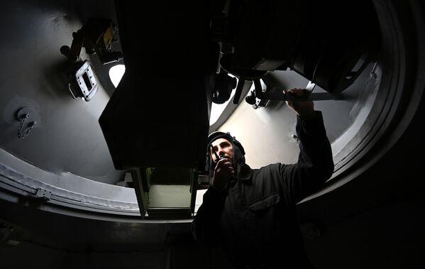 Voják uvnitř obrněného vlaku BP-43 - Sputnik Česká republika