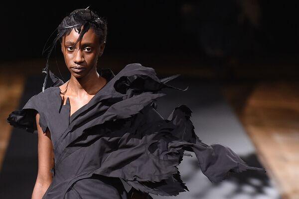 Přehlídka nové kolekce Yohji Yamamoto během pařížského týdne módy. - Sputnik Česká republika