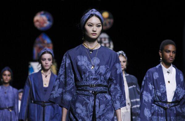 Přehlídka nové kolekce Dior během pařížského týdne módy. - Sputnik Česká republika