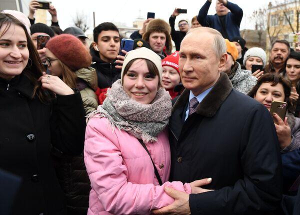 Vladimir Putin během setkání s ruskými občany po návštěvě dětské polikliniky č. 4 ve městě Ivanovo. - Sputnik Česká republika