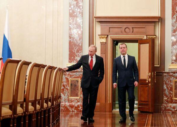 Vladimir Putin a ruský premiér Dmitrij Medvěděv před setkáním s ministry. - Sputnik Česká republika