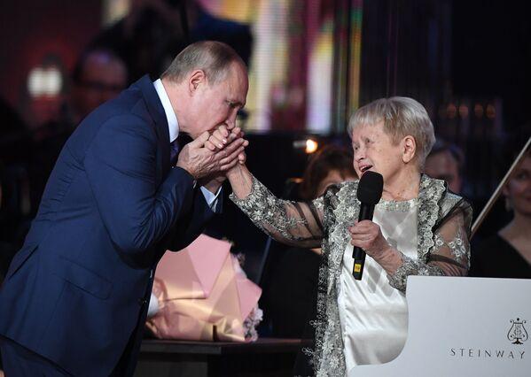 Vladimir Putin na jubilejním večeru skladatelky Alexandry Pachmutovové ve Velkém divadle v Moskvě. - Sputnik Česká republika