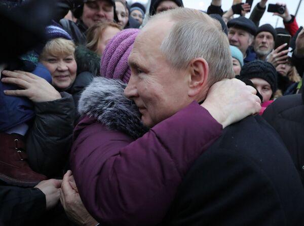Vladimir Putin se setkává s obyvateli Petrohradu. - Sputnik Česká republika