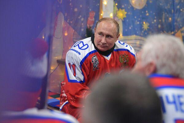 Vladimir Putin hraje hokej na Rudém náměstí. - Sputnik Česká republika
