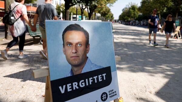 """Portrét Alexeje Navalného s podpisem """"otráven"""" poblíž budovy ruského velvyslanectví v Berlíně - Sputnik Česká republika"""