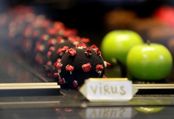 Zákusky ve tvaru viru SARS-CoV-2 na pultu pražské restaurace - Sputnik Česká republika