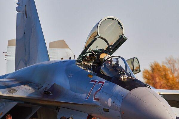 Letec v kokpitu Su-35 během cvičení ve Voroněžské oblasti - Sputnik Česká republika