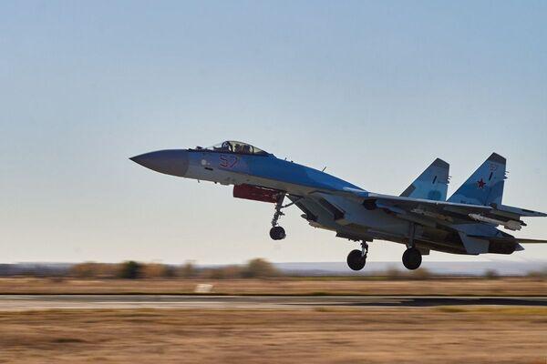 Su-35 vzlétá během cvičení ve Voroněžské oblasti - Sputnik Česká republika