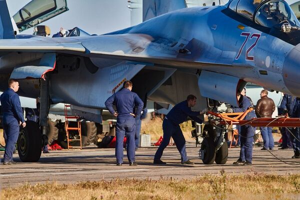 Technický personál vedle stíhačky Su-35 - Sputnik Česká republika