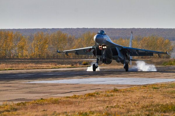 Su-35 přistává během cvičení ve Voroněžské oblasti - Sputnik Česká republika