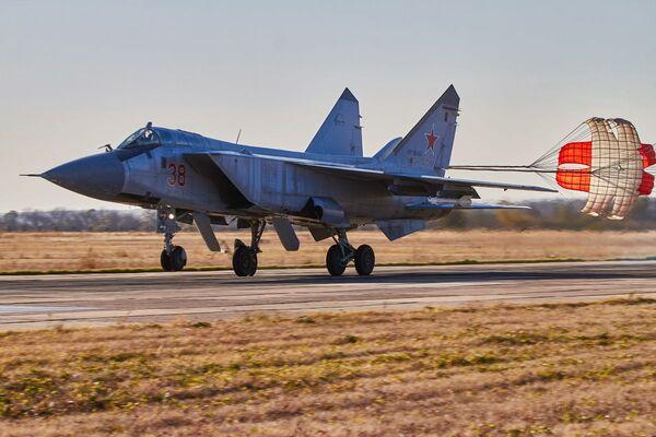 Stíhačka MiG-31 přistává během cvičení ve Voroněžské oblasti - Sputnik Česká republika