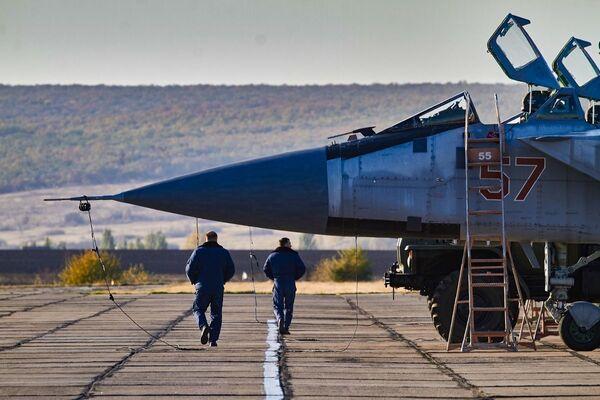 MiG-31 s otevřeným kokpitem na letišti - Sputnik Česká republika