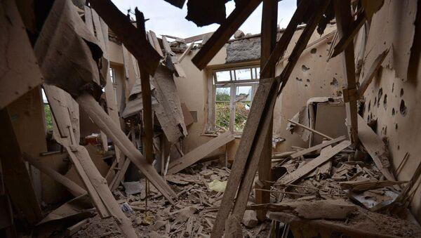 Dům zničený po ostřelování ázerbájdžánskými jednotkami města Martuni v Karabachu  - Sputnik Česká republika