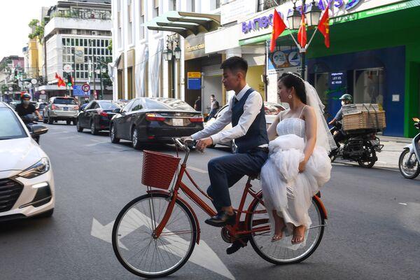 Novomanželé na kole v Hanoji. - Sputnik Česká republika