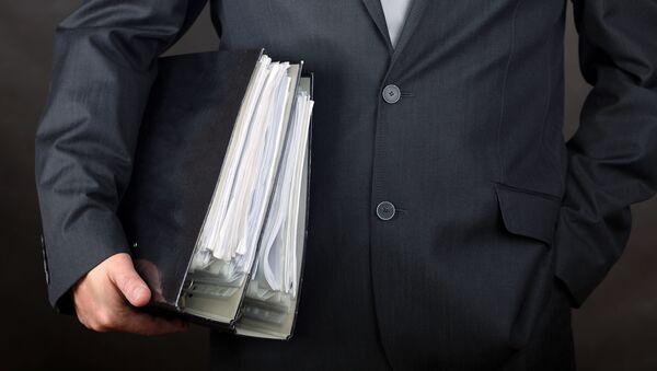 Muž se složkami s doklady v ruce - Sputnik Česká republika