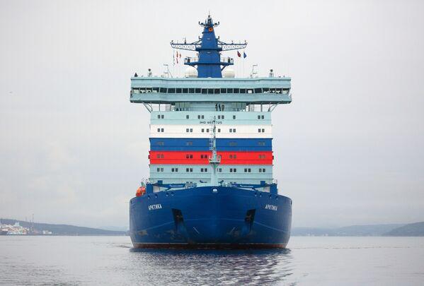 Ledoborec Arktika po úspěšném absolvování zkoušek na Severním pólu dorazil do Murmansku. - Sputnik Česká republika