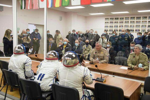 Generální ředitel společnosti Roskosmos Dmitrij Rogozin na setkání se členy hlavní posádky. - Sputnik Česká republika