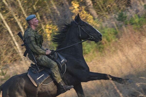 Kadet Rjazaňského gardového vyššího výsadkového velitelského učiliště armádního generála V. F. Margelova během jezdeckého výcviku - Sputnik Česká republika