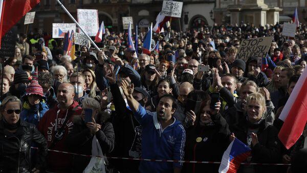 V centru Prahy se shromáždily stovky odpůrců protikoranovirových opatření - Sputnik Česká republika