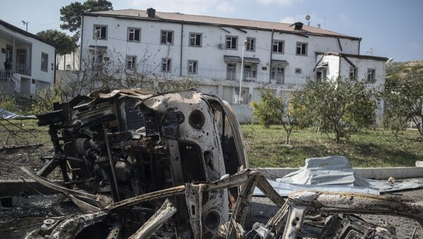 Vyhořelá auta u nemocnice v Nahorním Karabachu zničená při ostřelování - Sputnik Česká republika