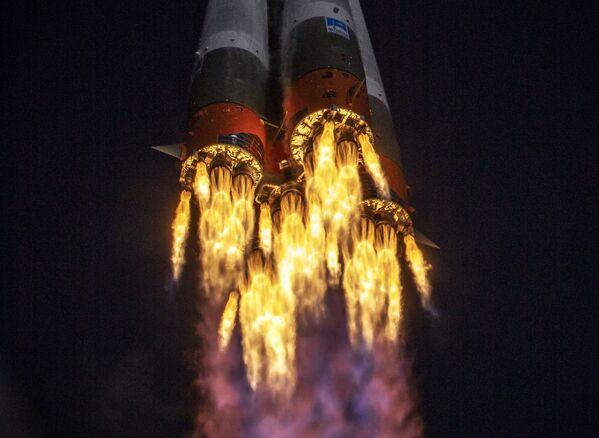 Raketa Sojuz-2.1a s kosmickou lodí Sojuz MS-17 během vzletu z kosmodromu Bajkonur - Sputnik Česká republika