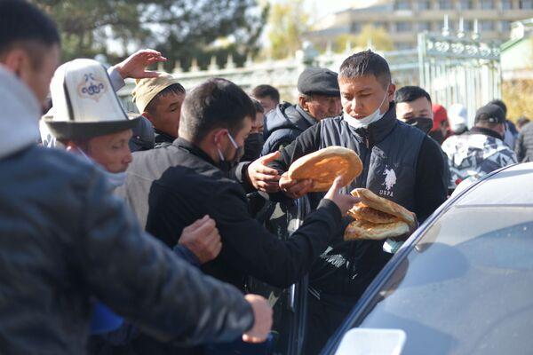 Rozdávání chleba protestujícím v Biškeku, Kyrgyzstán - Sputnik Česká republika