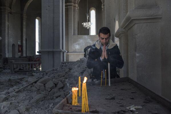 Muž ve zničeném kostele v Náhorním Karabachu - Sputnik Česká republika