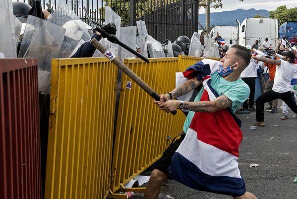 Střety protestujících proti zvýšení daní s policisty v San-José, Kostarika - Sputnik Česká republika