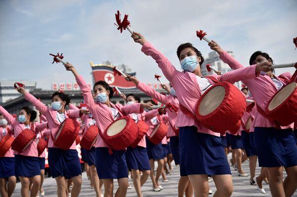 Mnohatisícový mítink v Pchjongjangu na počest začátku kampaně na podporu nadcházejícího sjezdu Korejské strany práce - Sputnik Česká republika