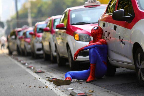 Človek v obleku Spidermana vedle aut během prostestů taxikářů proti novým aplikacím pro objednání vozu v Mexiku  - Sputnik Česká republika