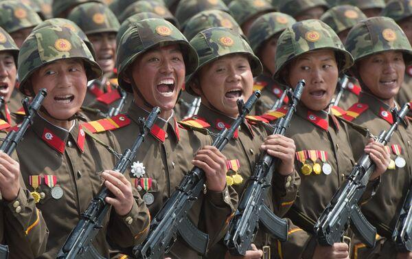 Vojáci během vojenské přehlídky u příležitosti 75. výročí založení Korejské strany pracujících - Sputnik Česká republika