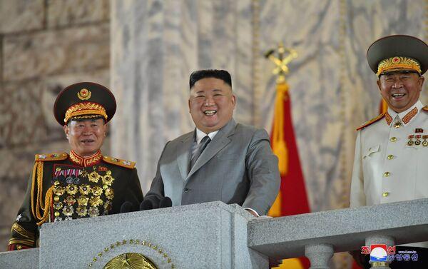 Severokorejský lídr Kim Čong-un během vojenské přehlídky - Sputnik Česká republika