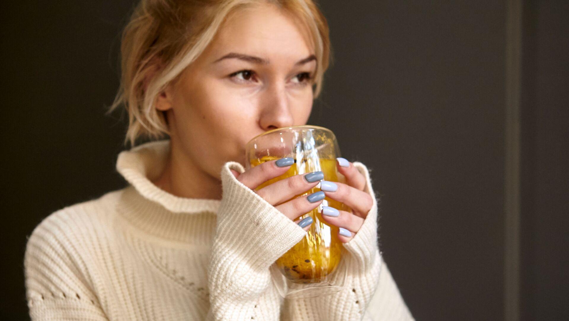Dívka pije čaj  - Sputnik Česká republika, 1920, 02.02.2021