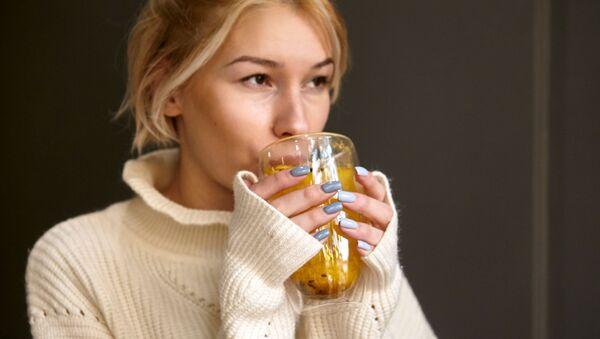 Dívka pije čaj - Sputnik Česká republika