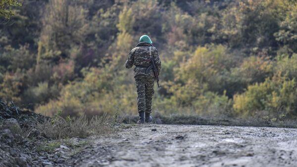 Arménský voják na silnici v Nahorním Karabachu - Sputnik Česká republika