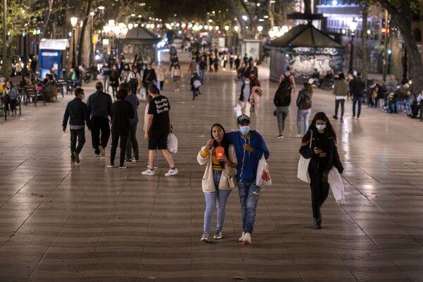 Prázdné ulice Prahy, zákaz vycházení v Paříži. Podívejte se, jak vypadají hlavní města Evropy v noci během pandemie - Sputnik Česká republika
