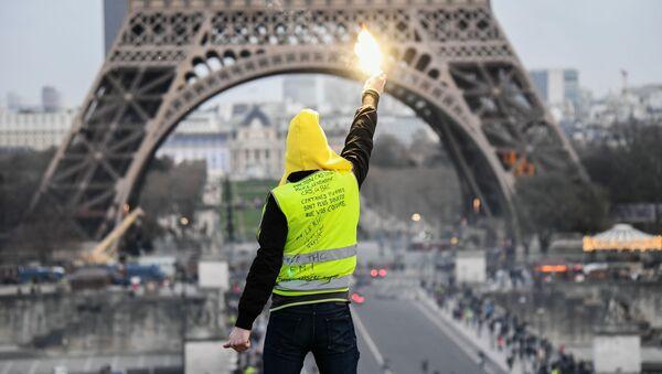 Účastník protestu žlutých vest v Paříži - Sputnik Česká republika