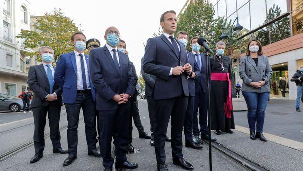 Francouzský prezident Emmanuel Macron vystupuje před médií po teroristickém útoku v Nice (29. 10. 2020) - Sputnik Česká republika