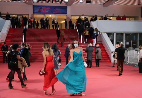 Hosté přijíždějí do Festivalového paláce v předvečer Cannes 2020 Special, na mini verzi filmového festivalu v Cannes - Sputnik Česká republika