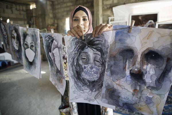 Palestinská umělkyně Halud ed-Desuki se svou prací v Chán Júnise - Sputnik Česká republika