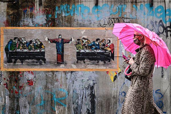 Žena v leopardí ochranné masce na pozadí graffiti italského umělce TvBoy v Miláně, Itálie - Sputnik Česká republika